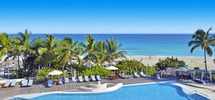Adults only resort met palmbomen en zwembad op Cuba
