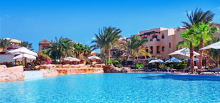 Adults only resort met groot zwembad en palmbomen in Egypte