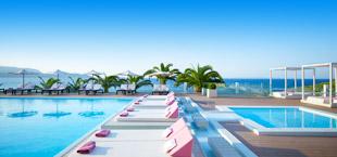 Adults only resort met moderne ligbedden aan het zwembad in Griekenland
