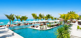 Adults only resort met zwembad en palmbomen in Thailand