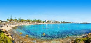 Prachtige baai met helderblauwe zee bij Ayia Napa