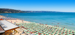 Strand met parasolletjes en ligbedden in Bulgarije