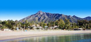Kust met berg op de achtergrond aan de Costa Del Sol