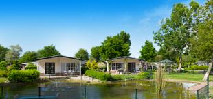 Waterplas met twee vakantiehuizen van Droomparken Molengroet