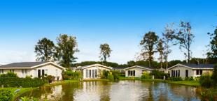 Vier witte vakantiehuizen van Droomparken Spaarnwoude
