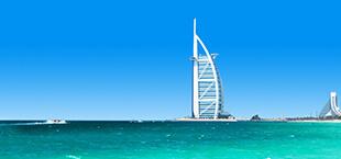 Goenblauwe zee en hotel in Dubai