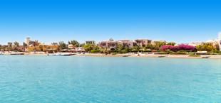 Blauwe zee met strand op de achtergrond in El Gouna
