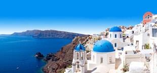 Zee, rotsen en witte huisjes in Griekenland