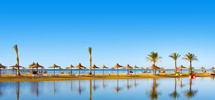 Zee en zandbank met parasols in Hurghada