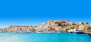 Gebouwen grenzend aan de zee op Ibiza
