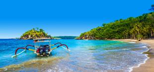 Apart bootje in de zee bij Indonesië vlakbij de kust