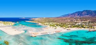 Blauwe baaien met rots- en berglandschap op Kreta