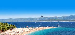 Strand met blauwe zee en bergen op de achtergrond in Kroatië