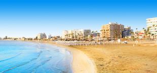 Kustlijn met hotels bij Larnaca Cyprus