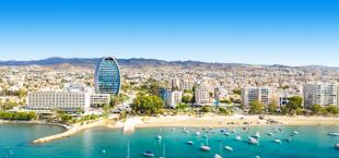 Uitzicht op de kustlijn bij Limasol met vele hotels