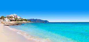 Zandstrand met helderblauwe zee op Mallorca Spanje