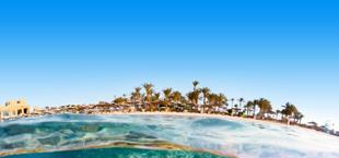 Panorama vanuit de zee met strand op de achtergrond in Marsa Alam