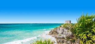 Helderblauwe zee met golven en rotsen in Mexico