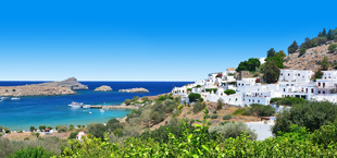 Uitzicht met zee, bergen en gebouwen op Rhodos