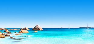 Helderblauwe zee met rotsen op de Seychellen