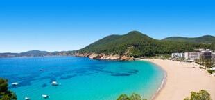 Helderblauwe zee met wit strand in Spanje