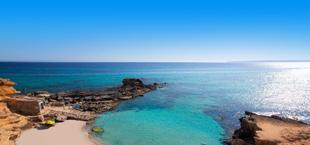 Baai met helderblauw water bij Formentera