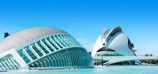 Zandstrand en blauwe zee met gebouwen in Valencia