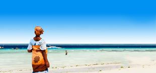 Vrouw op het strand van Zanzibar