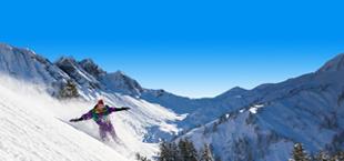 Iemand op wintersport aan het snowboarden