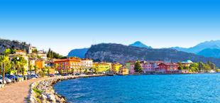 Uitzicht op de kleurrijke huisjes en hotels aan het Gardameer