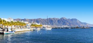 Boulevard met blauwe zee en een berg op de achtergrond op Kos