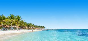 De helderblauwe zee en het strand aan de Riviera Maya in Mexico