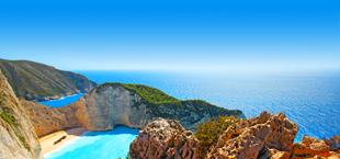 Shipwreck beach in Zakynthos met helderblauw water en een rots