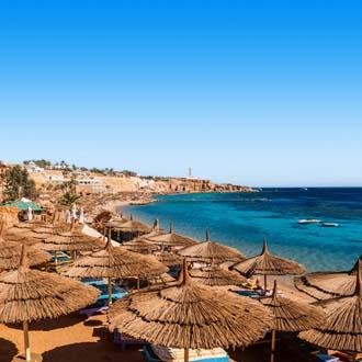 Strand met parasols en zee Sharm el Sheikh