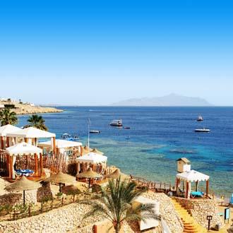 Baai met ligbedden en zee Sharm el Sheikh