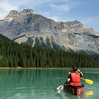 Kajakken in een meer in Canada