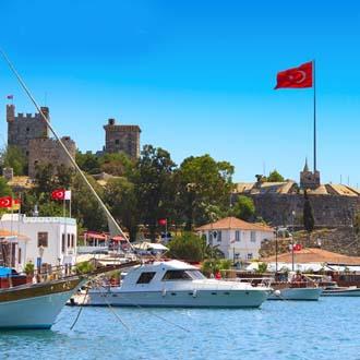 Haven met boten en het kasteel met de vlag van Turkije