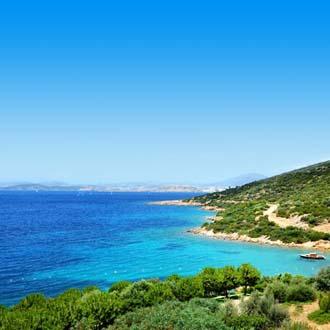 Een groene baai met blauwe zee