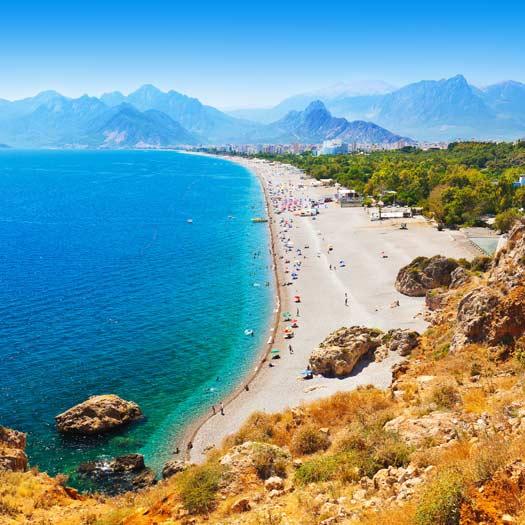 De kustlijn met strand en zee in Antalya