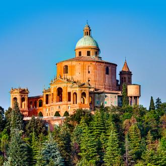 Antieke-kerk-op-de-heuvel-van-Bologna-Italië