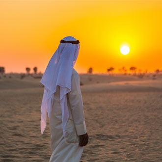 Arabier in de woestijn bij zonsondergang in Abu Dhabi