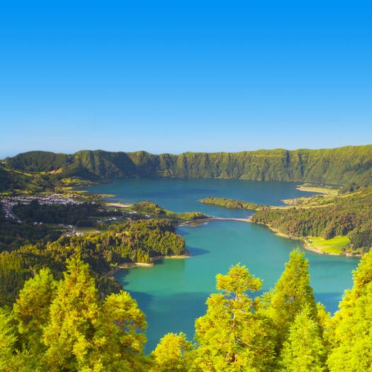 Eilandenarchipel Azoren met groene bossen en mooie blauwe zee