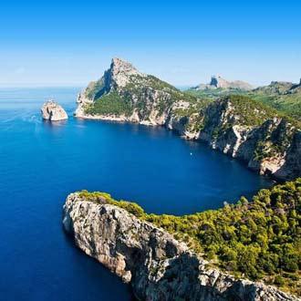 Baai met kliffen, rotsen en groene bomen bij Cap de Formentor op het eiland Mallorca