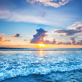 Uitzicht van de zonsondergang in Seminyak op Bali in Indonesie