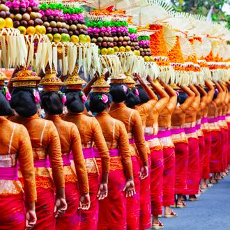 Balinees offerritueel bij een hindu tempel op Bali vlakbij Legian Beach