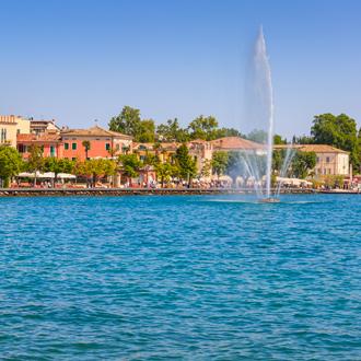 Zonnige dag in Bardolino, fontein en promenade bij het Gardameer