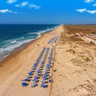 Barril strand met ligbedjes vlakbij Tavira