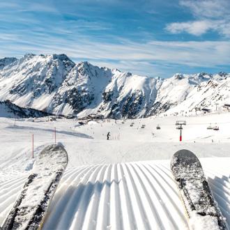 Skiër op besneeuwde bergen in Ischgl, Oostenrijk