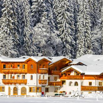Besneeuwde daken hotel in Flachau Oostenrijk