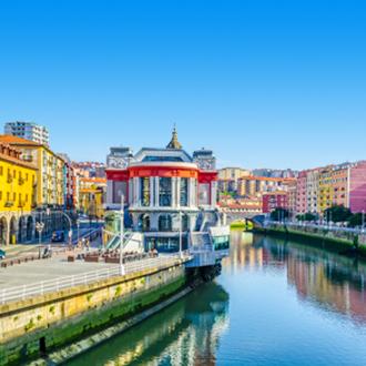 De stad Bilbao met gekleurde huisjes in Spanje